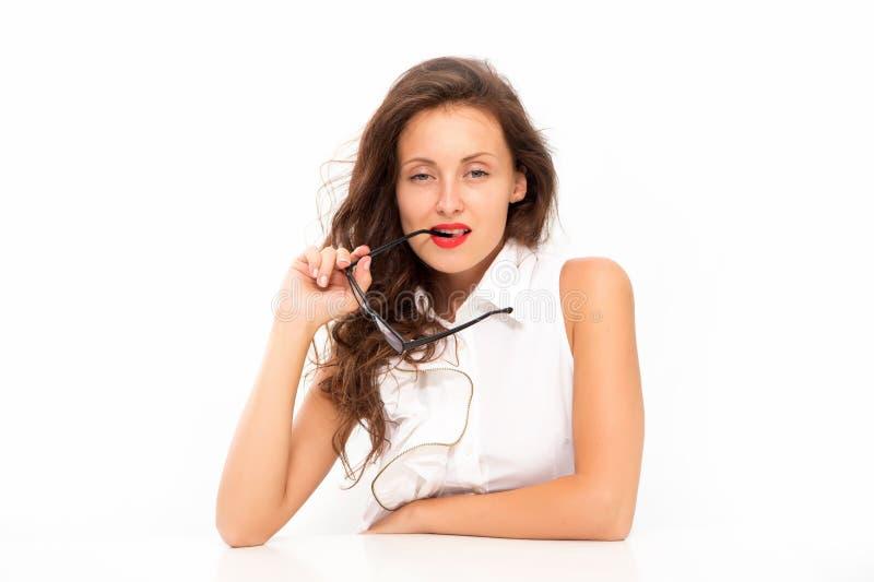Εμπαθής για το πρόγραμμά τους Κορίτσι δασκάλων σχολείου ή σπουδαστών στον πίνακα Προκλητική γυναίκα στα γυαλιά με τα κόκκινα χείλ στοκ εικόνα με δικαίωμα ελεύθερης χρήσης