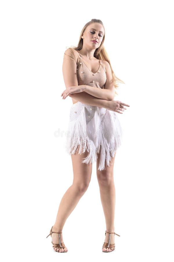 Εμπαθής ελκυστικός θηλυκός λατίνος χορευτής που απολαμβάνει τη μουσική που χορεύει με τις ιδιαίτερες προσοχές στοκ εικόνα με δικαίωμα ελεύθερης χρήσης