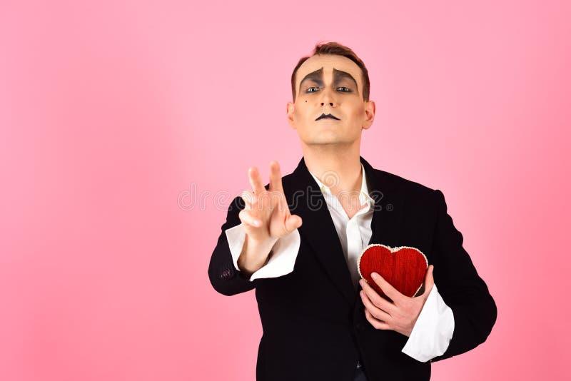 Εμπαθής και ποιητικός Κόκκινη καρδιά λαβής ατόμων Mime για την ημέρα βαλεντίνων Δράστης Mime με το σύμβολο αγάπης Ομολογία αγάπης στοκ φωτογραφίες με δικαίωμα ελεύθερης χρήσης