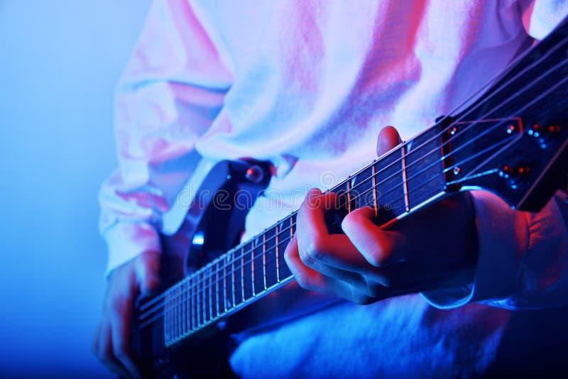 Εμπαθής φωτογραφία έννοιας μουσικής κιθαριστών Ηλεκτρική φωτογραφία κινηματογραφήσεων σε πρώτο πλάνο παιχνιδιού κιθάρων Ζώνη μουσ στοκ εικόνες με δικαίωμα ελεύθερης χρήσης