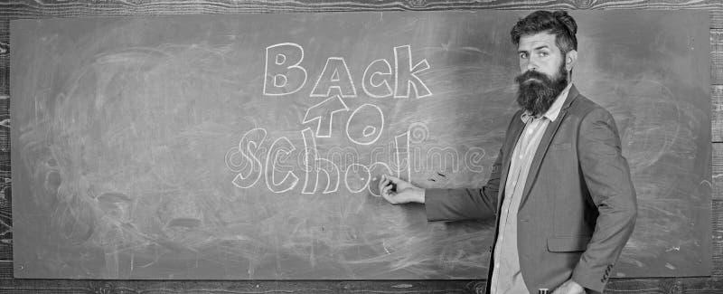 Εμπαθείς σπουδαστές προσιτότητας δυνατότητας εργασίας δασκάλων έξω Ο γενειοφόρος δάσκαλος ατόμων έχασε την εργασία του κατά τη δι στοκ φωτογραφία με δικαίωμα ελεύθερης χρήσης