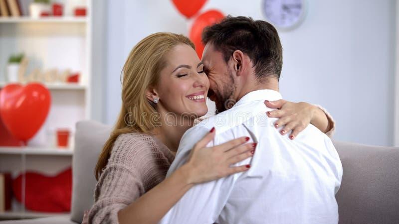 Εμπαθείς σύζυγος και σύζυγος που σπρώχνουν με τη μουσούδα και που αγκαλιάζουν, διακοπές εξόδων από κοινού στοκ φωτογραφία με δικαίωμα ελεύθερης χρήσης