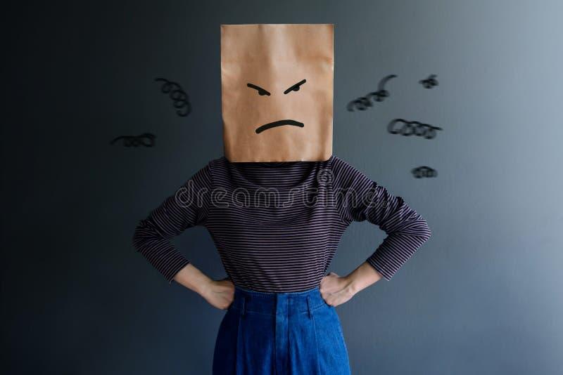 Εμπειρία πελατών ή ανθρώπινη συναισθηματική έννοια Η γυναίκα κάλυψε το πρόσωπό της από την τσάντα εγγράφου και το παρόν συναίσθημ στοκ εικόνες