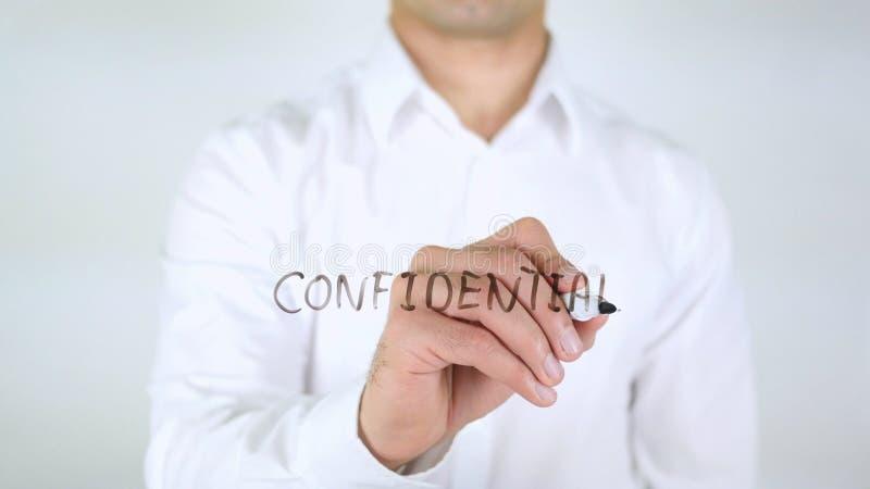 Εμπιστευτικός, άτομο που γράφει στο γυαλί, χειρόγραφο στοκ εικόνα με δικαίωμα ελεύθερης χρήσης