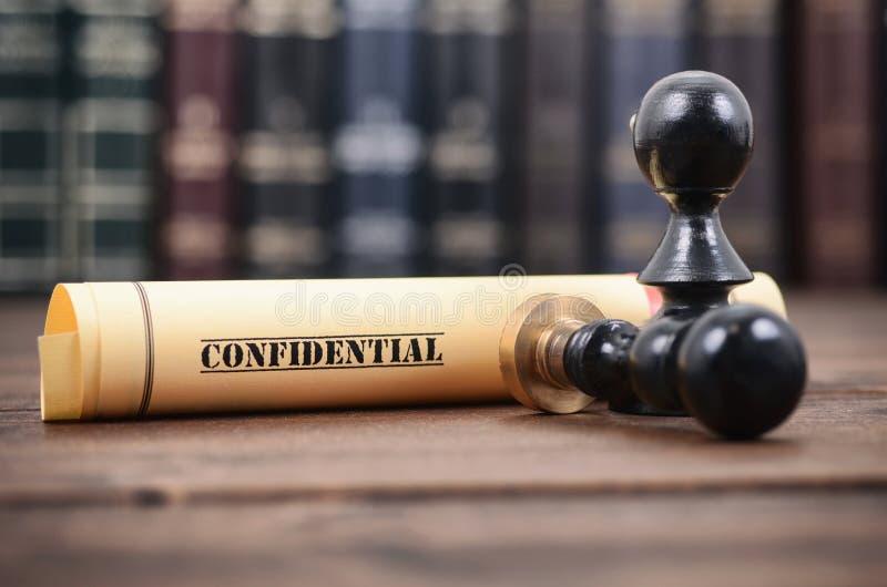 Εμπιστευτικός τύπος σφραγίδων εγγράφων και συμβολαιογράφων στο ξύλινο υπόβαθρο στοκ φωτογραφία με δικαίωμα ελεύθερης χρήσης