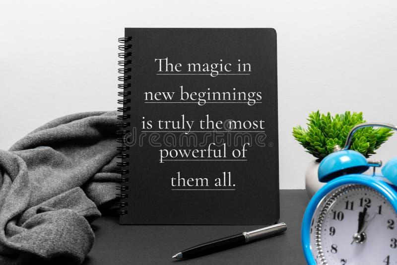 Εμπνευσμένα νέα έννοια έτους και απόσπασμα ζωής στο σημειωματάριο στοκ εικόνα