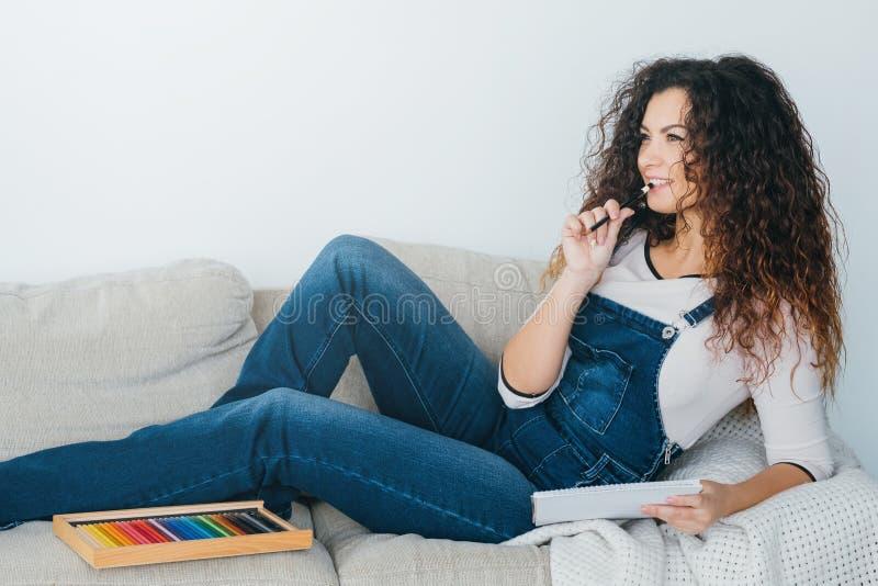 Εμπνευσμένη ελεύθερος χρόνος χαλαρωμένη κυρία σκέψη χόμπι τέχνης στοκ φωτογραφία