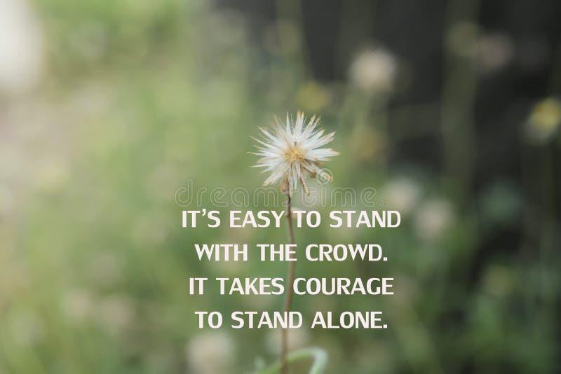 Εμπνευσμένο απόσπασμα - Είναι εύκολο να συμπαρασταθείς στο πλήθος Χρειάζεται θάρρος για να σταθείς μόνος Με λευκό άγριο λουλούδι  στοκ φωτογραφίες