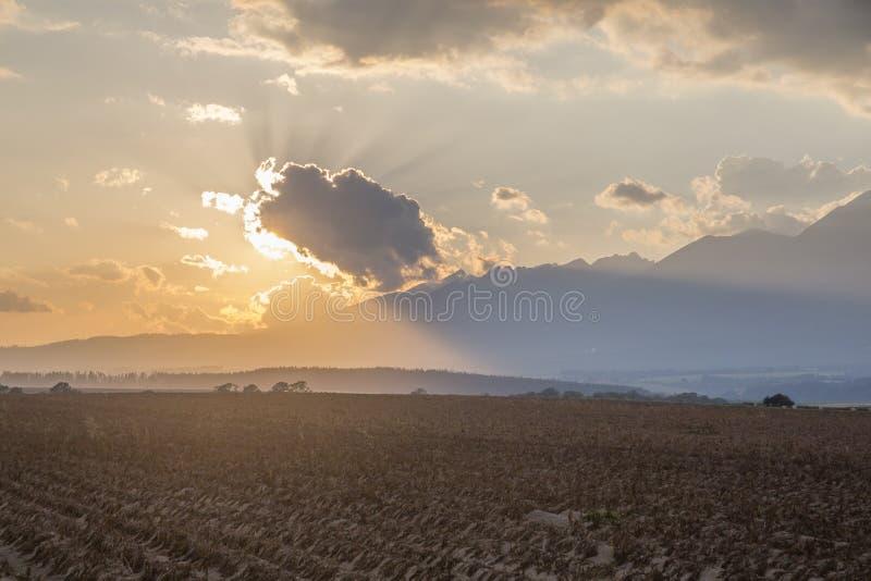 Εμπνευσμένο θερινό ηλιοβασίλεμα πέρα από τα βουνά στοκ φωτογραφία
