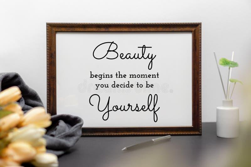 Εμπνευσμένο και απόσπασμα ομορφιάς και ζωής κινήτρου στο ξύλινο πλαίσιο στοκ εικόνα με δικαίωμα ελεύθερης χρήσης