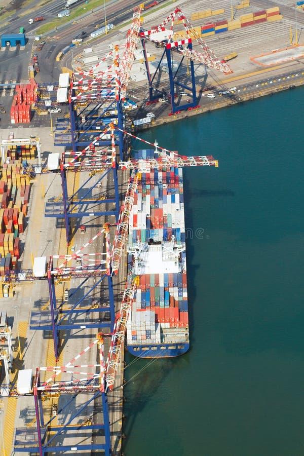 εμπορευματοκιβώτια που ξεφορτώνουν το σκάφος στοκ φωτογραφίες