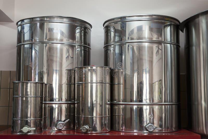 Εμπορευματοκιβώτια σιδήρου στην αποθήκευση πετρελαίου στοκ εικόνες