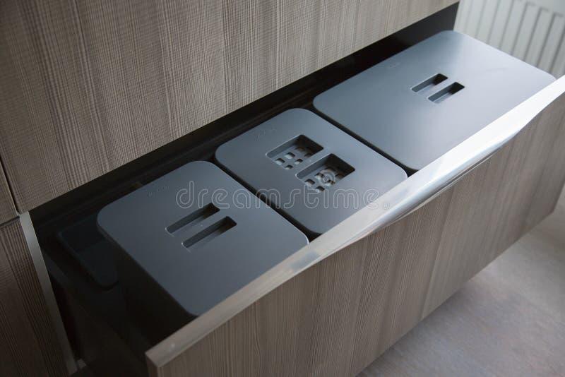 Εμπορευματοκιβώτια σκουπιδιών στα συρτάρια κουζινών στοκ εικόνα με δικαίωμα ελεύθερης χρήσης