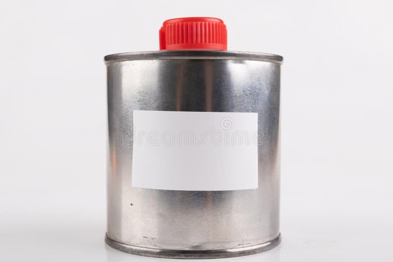 Εμπορευματοκιβώτιο μετάλλων για τις χημικές ουσίες με μια άσπρη κενή αυτοκόλλητη ετικέττα Ένα πιάτο κασσίτερου με ένα πλαστικό πώ στοκ φωτογραφία με δικαίωμα ελεύθερης χρήσης