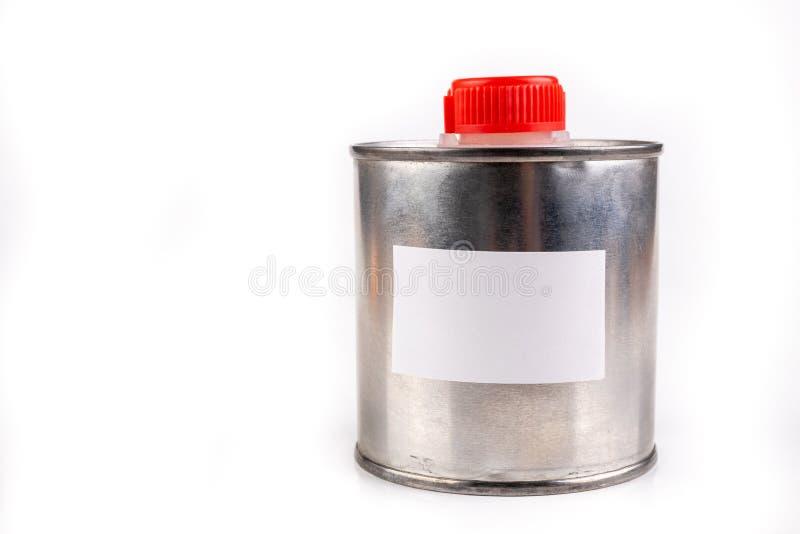Εμπορευματοκιβώτιο μετάλλων για τις χημικές ουσίες με μια άσπρη κενή αυτοκόλλητη ετικέττα Ένα πιάτο κασσίτερου με ένα πλαστικό πώ στοκ εικόνες