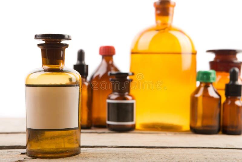 Εμπορευματοκιβώτιο φαρμακείων με την κενή ετικέτα και εκλεκτής ποιότητας ιατρικά μπουκάλια στο υπόβαθρο στοκ φωτογραφία με δικαίωμα ελεύθερης χρήσης