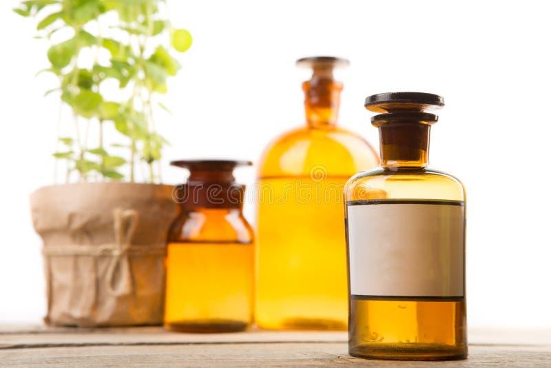 Εμπορευματοκιβώτιο φαρμακείων με την κενή ετικέτα και εκλεκτής ποιότητας ιατρικά μπουκάλια στο υπόβαθρο στοκ εικόνες με δικαίωμα ελεύθερης χρήσης
