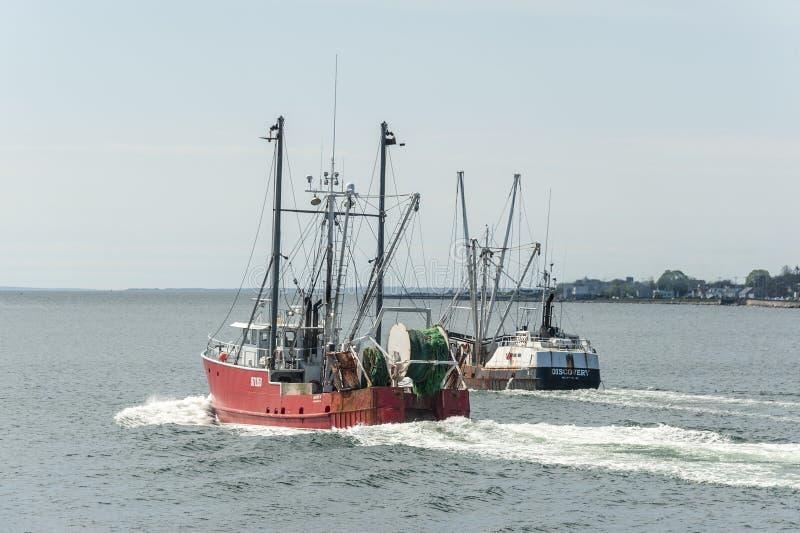 Εμπορικά αλιευτικά σκάφη Mary Κ και ανακάλυψη που αποχωρεί από το Νιού Μπέντφορτ στοκ φωτογραφία με δικαίωμα ελεύθερης χρήσης