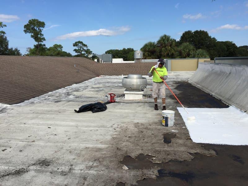 Εμπορικές επίπεδες επισκευές διαρροών στεγών  Roofer, στοκ εικόνες με δικαίωμα ελεύθερης χρήσης