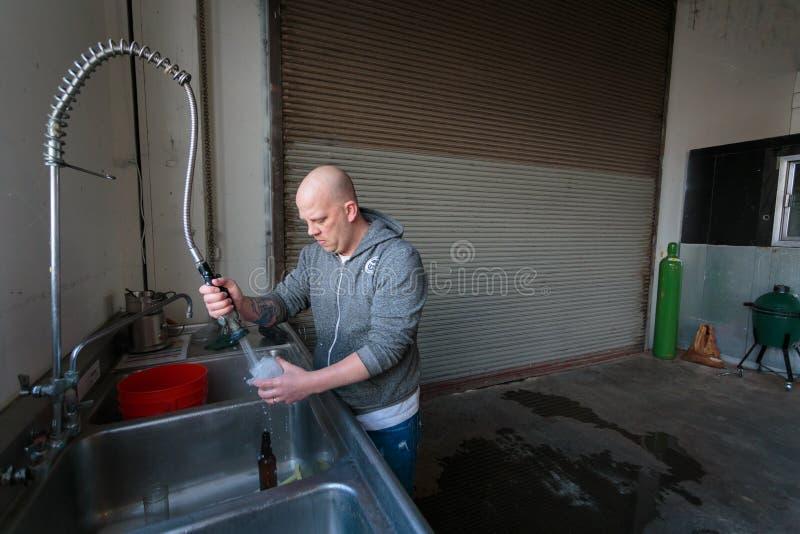 Εμπορική μπύρα τεχνών που κάνει στο ζυθοποιείο στοκ φωτογραφίες