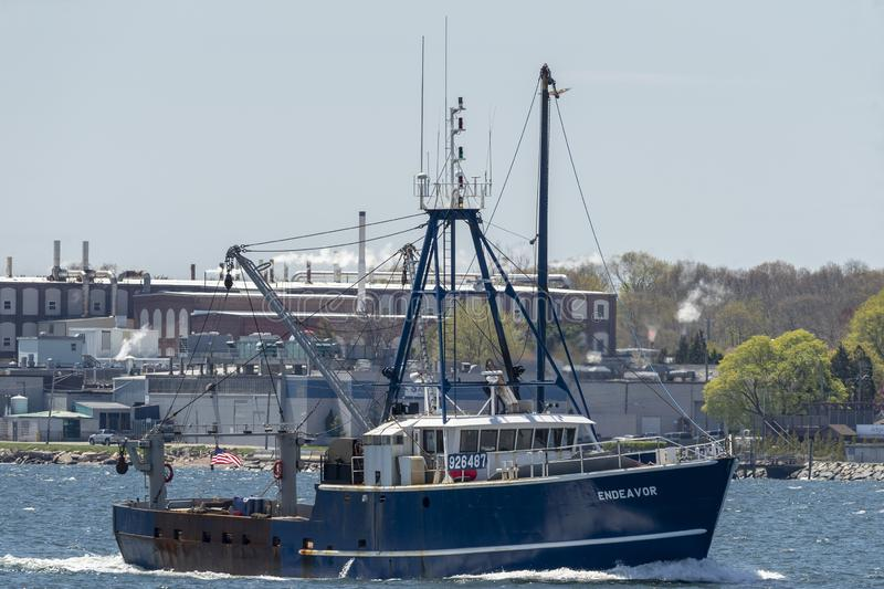 Εμπορική προσπάθεια αλιευτικών σκαφών με το εργοστάσιο στο υπόβαθρο στοκ φωτογραφίες με δικαίωμα ελεύθερης χρήσης