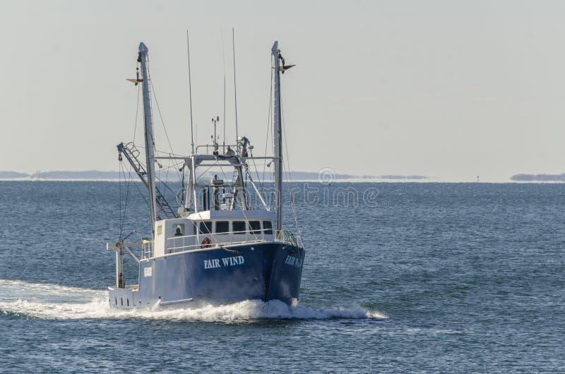 Εμπορικός δίκαιος αέρας αλιευτικών σκαφών που πλησιάζει σε Fairhaven στοκ φωτογραφίες με δικαίωμα ελεύθερης χρήσης