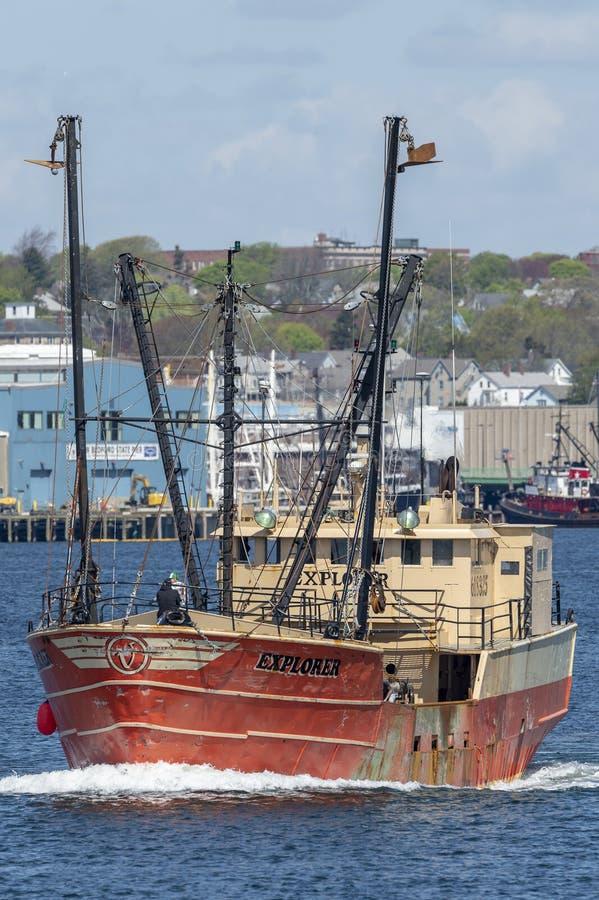 Εμπορικός εξερευνητής αλιευτικών σκαφών που αφήνει το λιμένα στοκ εικόνες