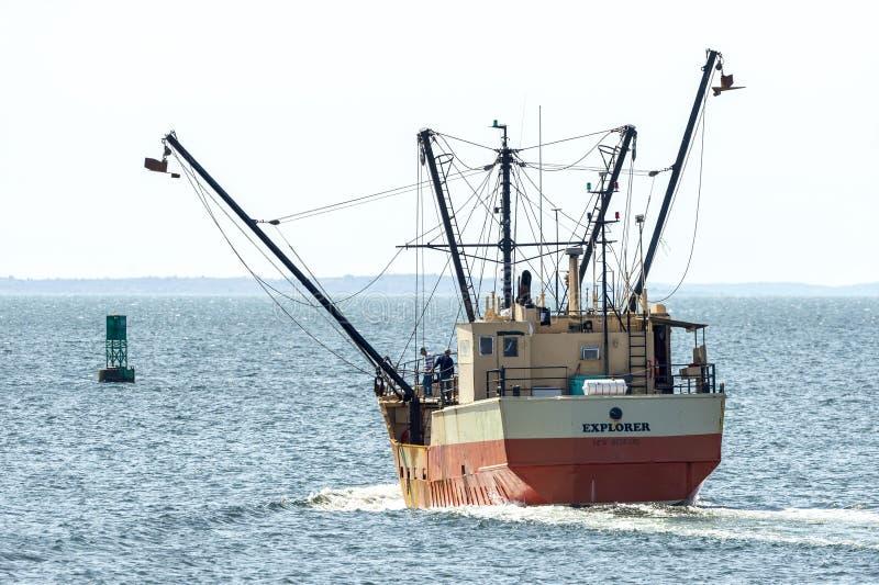 Εμπορικός εξερευνητής αλιευτικών σκαφών που χαμηλώνει τους ζυγοστάτες της στο εξωτερικό λιμάνι του Νιού Μπέντφορτ στοκ εικόνα με δικαίωμα ελεύθερης χρήσης