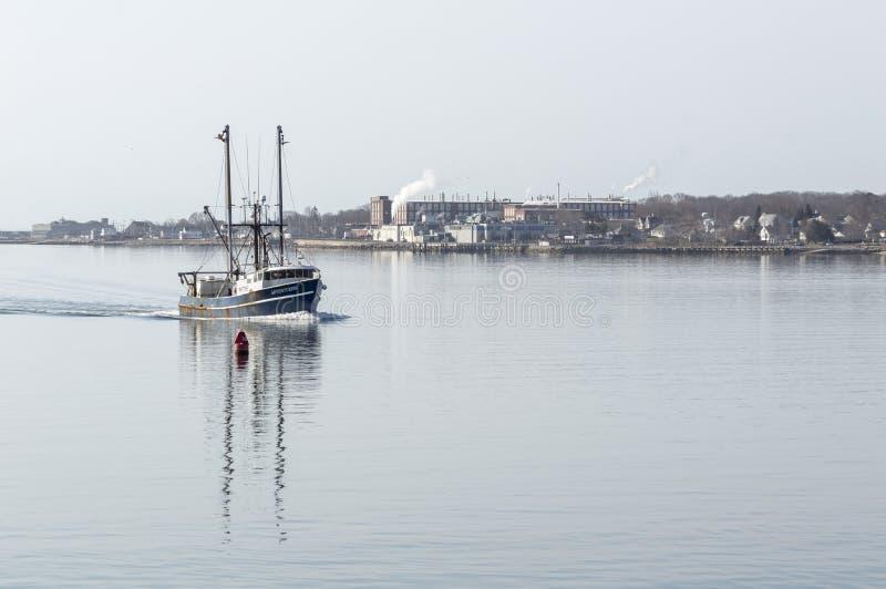 Εμπορικός τίτλος Adventuress αλιευτικών σκαφών upriver στο Νιού Μπέντφορτ στοκ εικόνα