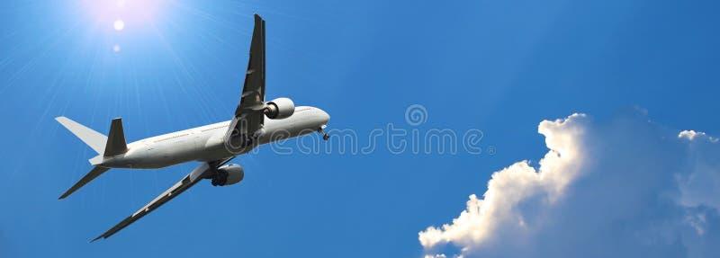 Εμπορικό αεροπλάνο που πετά επάνω από τον όμορφο ουρανό στο δραματικό φως του ήλιου Έννοια ταξιδιού και μεταφορών στοκ φωτογραφία