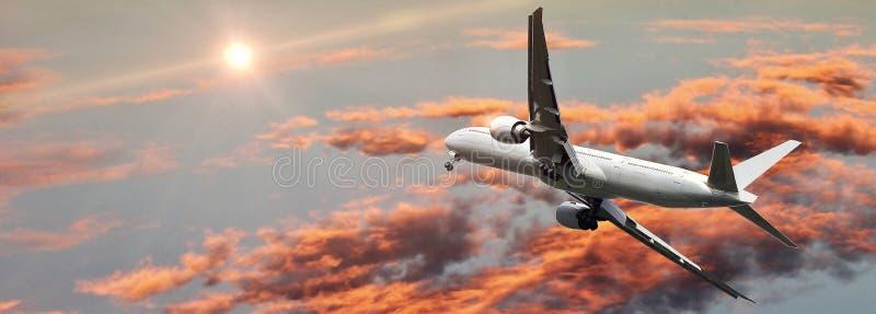 Εμπορικό αεροπλάνο που πετά επάνω από τον όμορφο ουρανό στο δραματικό φως του ήλιου Έννοια ταξιδιού και μεταφορών στοκ εικόνα