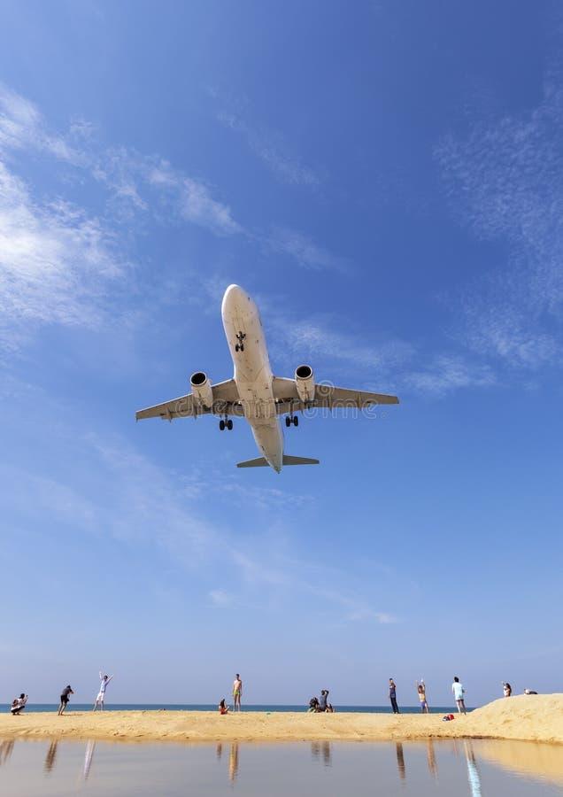 Εμπορικό αεροπλάνο που προσγειώνεται επάνω από τη θάλασσα και το σαφή μπλε ουρανό πέρα από την όμορφη θέση υποβάθρου φύσης τοπίου στοκ φωτογραφία με δικαίωμα ελεύθερης χρήσης