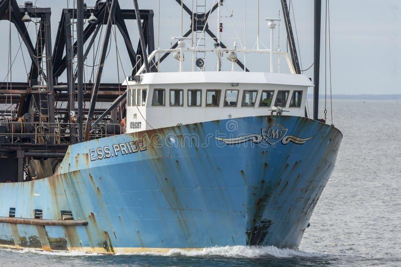 Εμπορικό αλιευτικό σκάφος Ε S S Υπερηφάνεια που επιστρέφει στο Νιού Μπέντφορτ στοκ φωτογραφίες