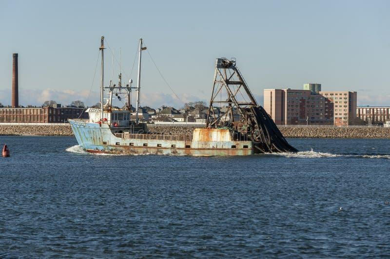 Εμπορικό αλιευτικό σκάφος κυρία Brittany που αφήνει το λιμένα στοκ φωτογραφία με δικαίωμα ελεύθερης χρήσης