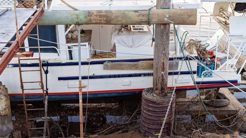 Εμπορικό αλιευτικό σκάφος που δένεται για τις επισκευές στοκ εικόνα