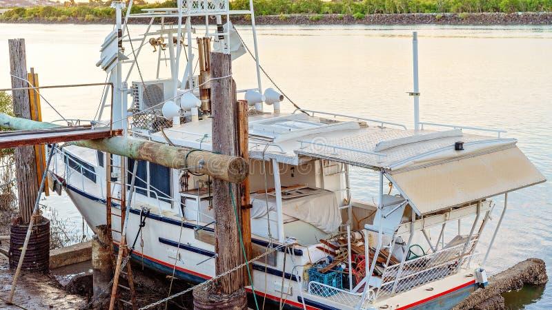 Εμπορικό αλιευτικό σκάφος που δένεται για τις επισκευές στοκ εικόνες με δικαίωμα ελεύθερης χρήσης