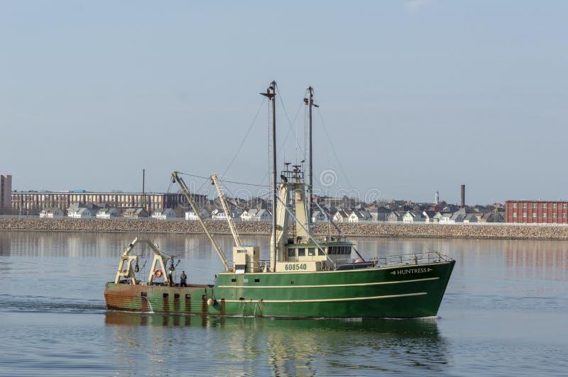 Εμπορικό αλιευτικό σκάφος Huntress που πλησιάζει στο λιμένα στοκ φωτογραφίες