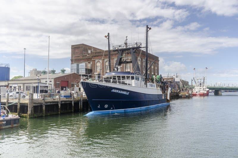 Εμπορικό αλιευτικό σκάφος Jason & Danielle που ελλιμενίζονται με την αποθήκη πάγου στο υπόβαθρο στοκ εικόνες