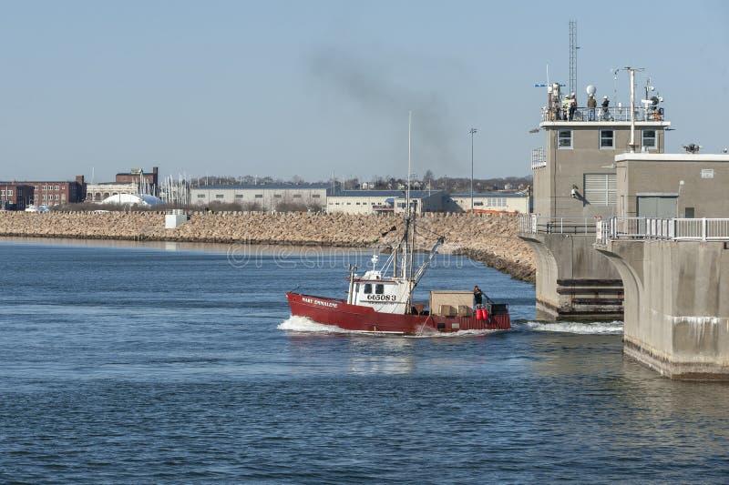 Εμπορικό αλιευτικό σκάφος Mary Emmalene που αφήνει το λιμένα στοκ εικόνα