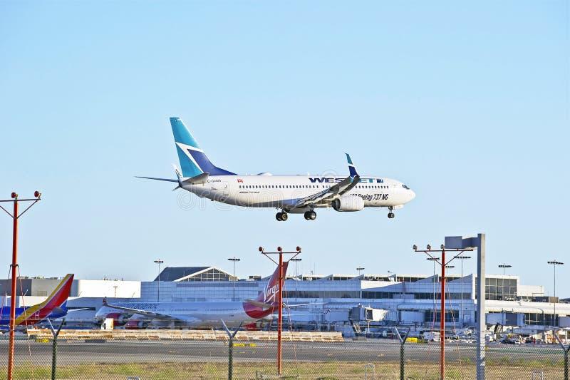 Εμπορικό επιβατικό αεροπλάνο αερογραμμών Westjet στοκ εικόνες με δικαίωμα ελεύθερης χρήσης