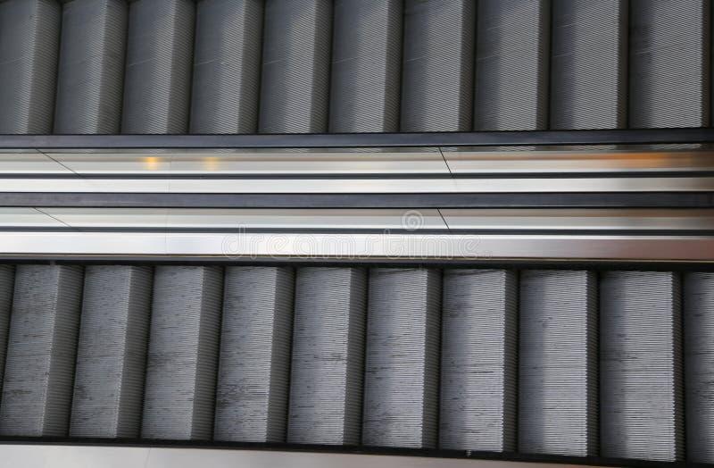 Εμπορικό κέντρο με τις κυλιόμενες σκάλες μια που ανεβαίνει σε μια που goe στοκ φωτογραφία με δικαίωμα ελεύθερης χρήσης