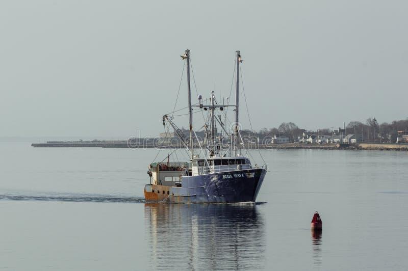 Εμπορικό μπλε κύμα αλιευτικών σκαφών με το οχυρό Taber στο υπόβαθρο στοκ εικόνες