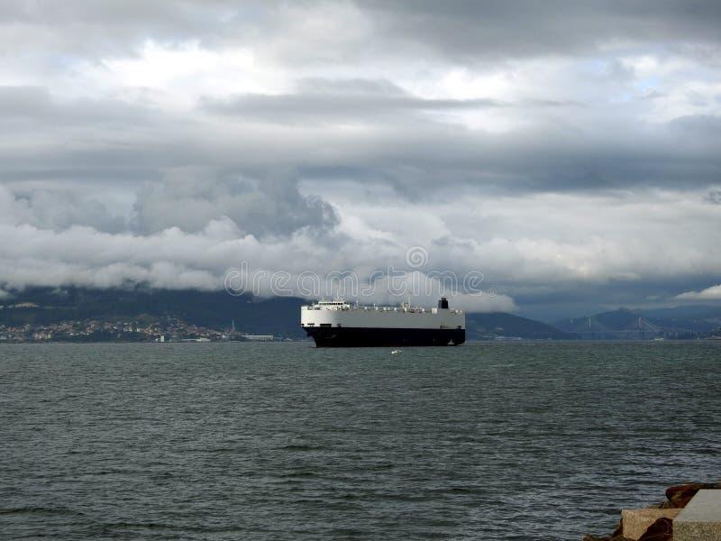 Εμπορικό πλοίο φορτίου θάλασσας που πλέει τον μπλε ωκεανό στοκ φωτογραφίες