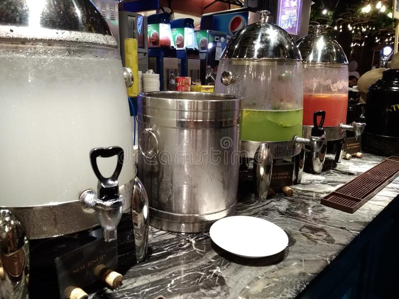 Εμποτισμένα ποτά σε έναν φραγμό στοκ εικόνες