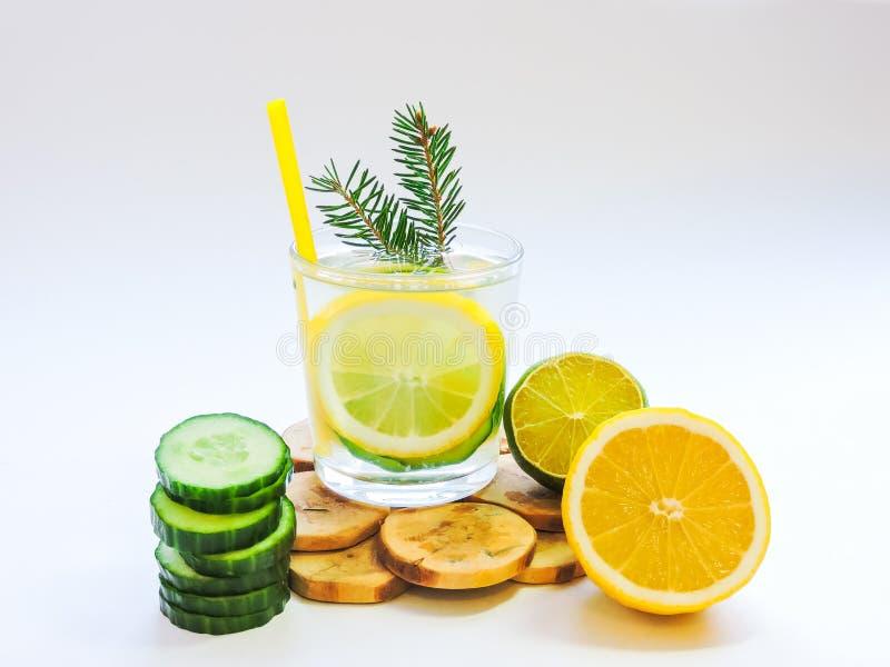 Εμποτισμένο detox νερό με το αγγούρι και το λεμόνι Τοπ όψη στοκ φωτογραφίες με δικαίωμα ελεύθερης χρήσης