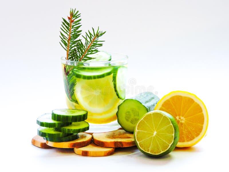 Εμποτισμένο detox νερό με το αγγούρι και το λεμόνι Τοπ όψη στοκ εικόνες με δικαίωμα ελεύθερης χρήσης