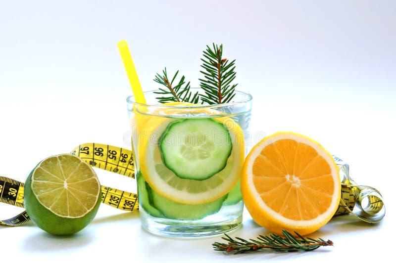 Εμποτισμένο detox νερό με το αγγούρι και το λεμόνι Τοπ όψη στοκ εικόνα με δικαίωμα ελεύθερης χρήσης