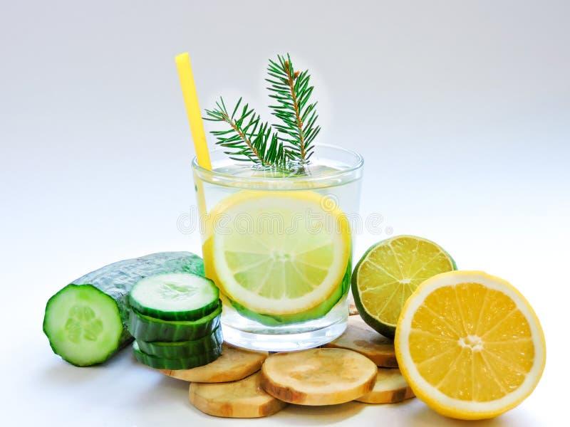 Εμποτισμένο detox νερό με το αγγούρι και το λεμόνι Τοπ όψη στοκ εικόνες