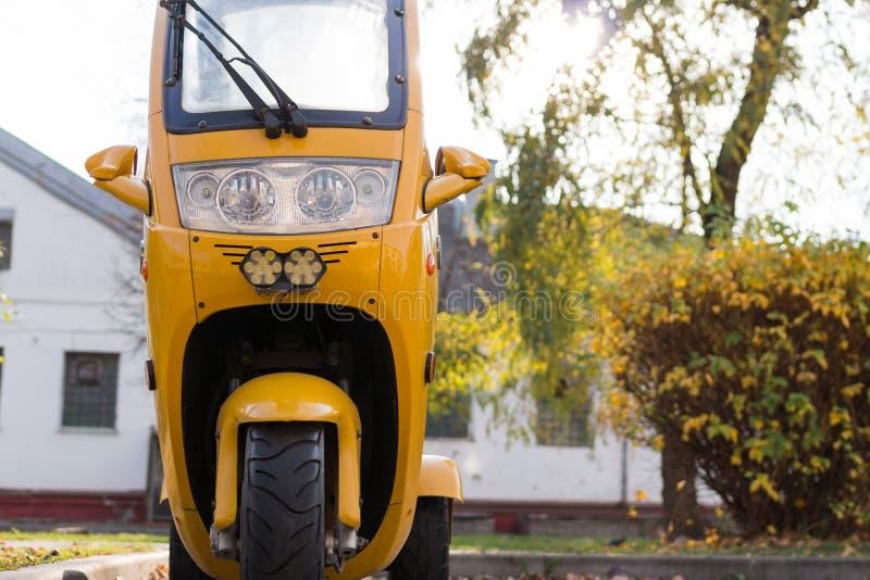 Εμπρόσθια όψη κίτρινης μοτοσικλέτας θαλάμου, εμπρόσθιος φανός Χώρος αντιγράφων στοκ εικόνες με δικαίωμα ελεύθερης χρήσης