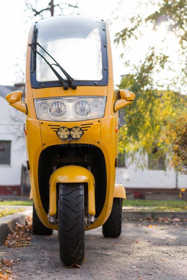 Εμπρόσθια όψη της κίτρινης τρίτροχης μοτοσικλέτας θαλάμου, εμπρόσθιος φανός στοκ φωτογραφία με δικαίωμα ελεύθερης χρήσης
